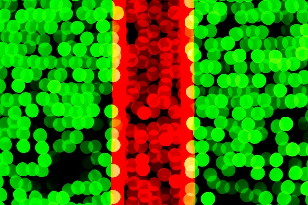Bokeh verde e rosso astratto unfocused su fondo nero.