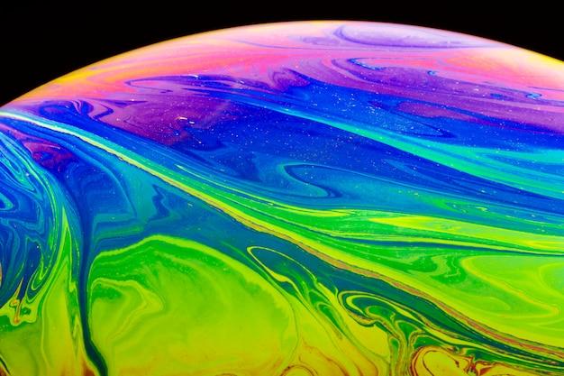 Bolla di sapone iridescente astratta su fondo nero