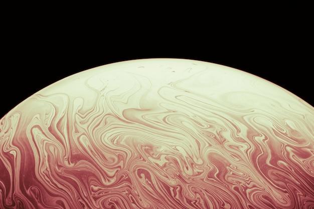 Bolla di sapone liscia astratta su fondo nero