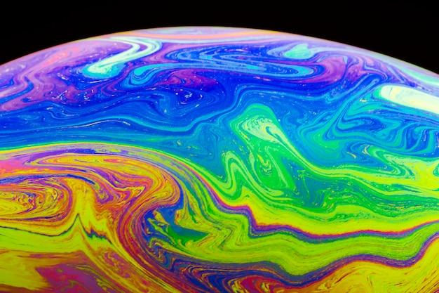 Bolla di sapone multicolore gradiente su sfondo nero