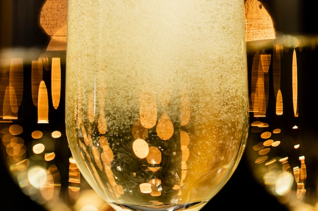 Bolle del champagne del primo piano in vetri