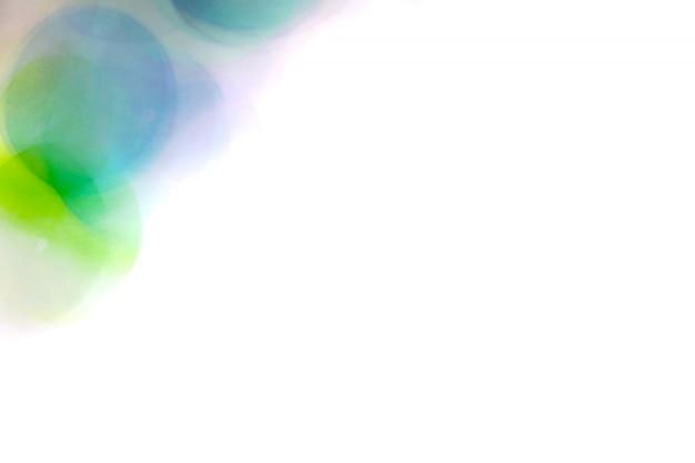Bolle di aqua blurred, sfera di vetro sull'estratto con variopinto su isolato