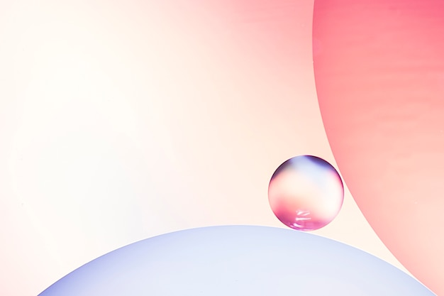 Bolle di aria astratte in acqua su sfondo sfocato varicolored