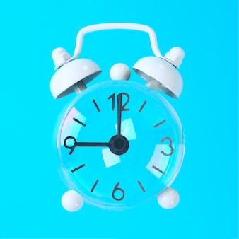 Bolle di sapone con le frecce sotto forma di un orologio su uno sfondo blu pastello. minimalismo.