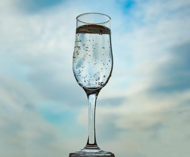 Bolle in un bicchiere con acqua
