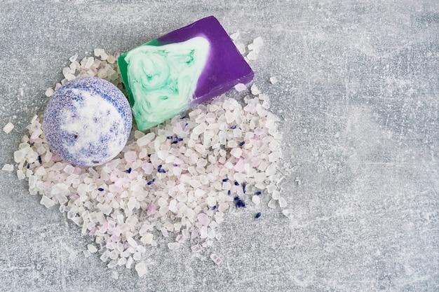 Bomba di sale, sapone e bagno essenziale alla lavanda. spa prodotti alla lavanda.