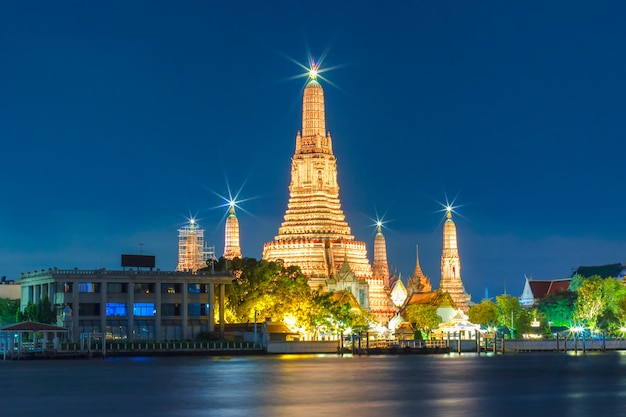 Bombarda di wat arun a bangkok, tailandia