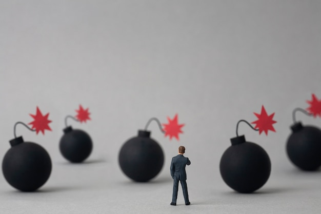 Bombe multiple e uomo d'affari in miniatura