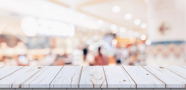 Bordi di legno bianchi sul centro commerciale