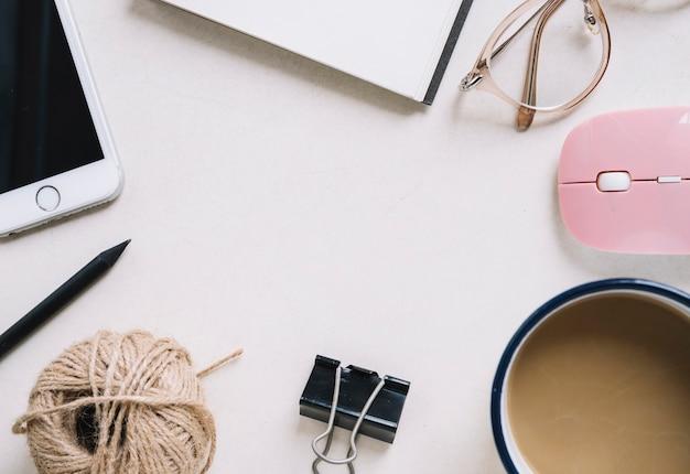 Bordo del primo piano da caffè e articoli di cancelleria