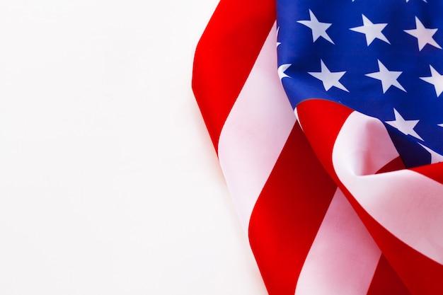 Bordo della bandiera americana isolato su un bianco