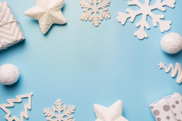 Bordo di natale con decorazioni bianche