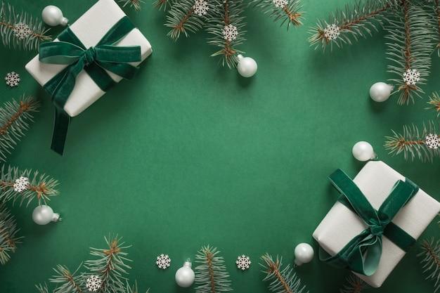 Bordo di natale con l'albero di natale e regali su verde