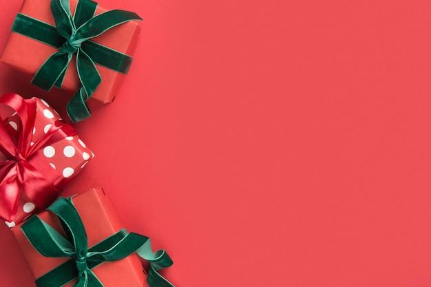 Bordo di natale dei regali di festa su colore rosso. santo stefano. biglietto d'auguri. . copyspace