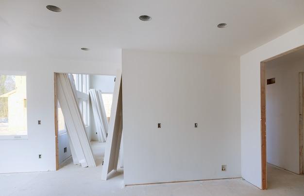 Bordo di rifinitura di legno domestico di ritocco di costruzione sopra con la sega circolare.
