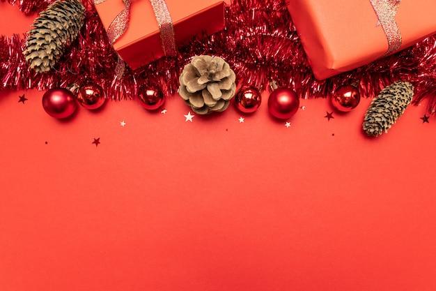 Bordo fatto di decorazioni rosse. vista piana, vista dall'alto, copyspace