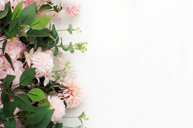 Bordo fiore rosa con foglie di palma su sfondo bianco