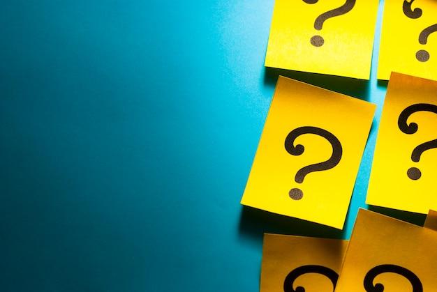Bordo laterale di cartellini rossi con punti interrogativi