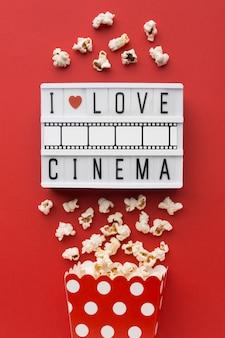 Bordo leggero del cinema su fondo rosso