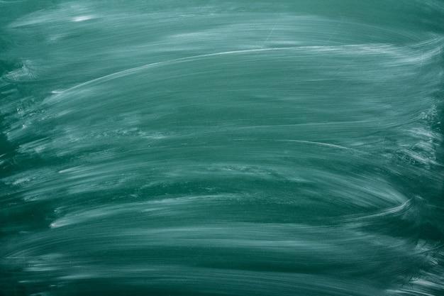 Bordo nero polveroso del gesso verde