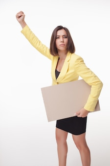 Bordo o insegna di rappresentazione della donna di affari con la posa dello spazio della copia
