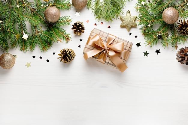 Bordo piatto natalizio con pino, regali, palline d'oro, coriandoli