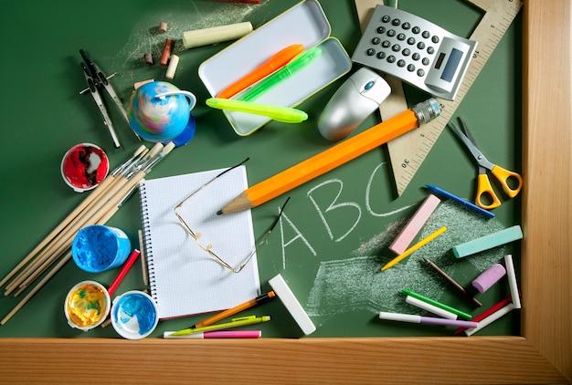 Bordo verde della lavagna della scuola di abc di nuovo a scuola