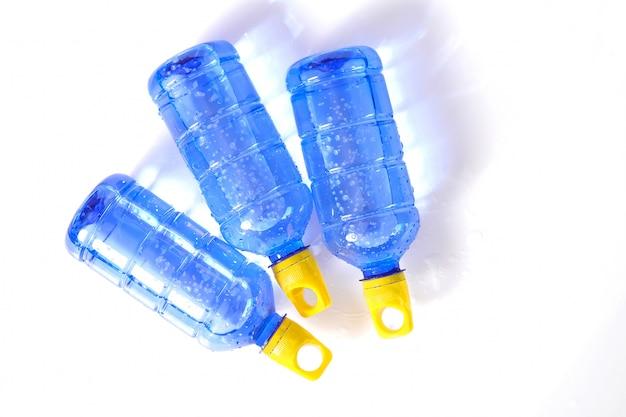 Borraccia blu con tappo giallo per contenere