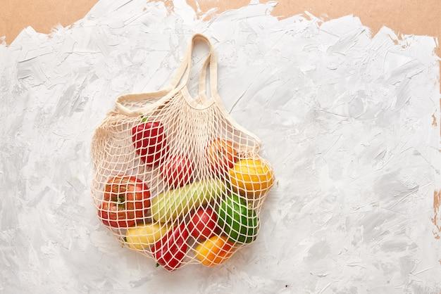 Borsa a rete ecologica con frutta e verdura. vista dall'alto. niente plastica