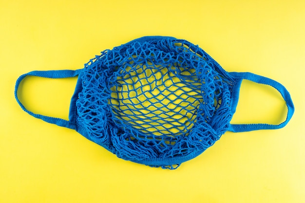 Borsa a tracolla blu realizzata in materiale ecologico.