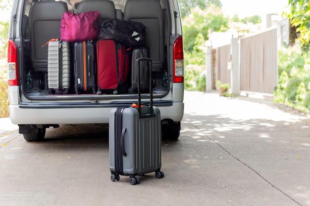 Borsa bagaglio a mano nel concetto di viaggio mini bus.