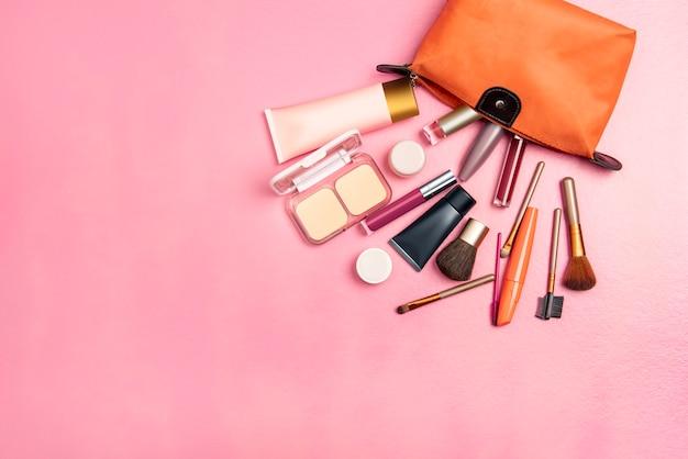 Borsa colorata aperta con accessori e cosmetici