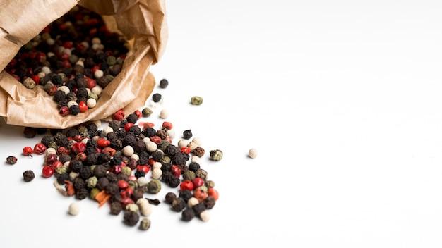 Borsa con semi di pepe caduti