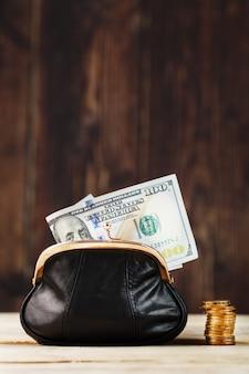 Borsa con soldi e sul tavolo di legno. budget per investimenti in futuro.