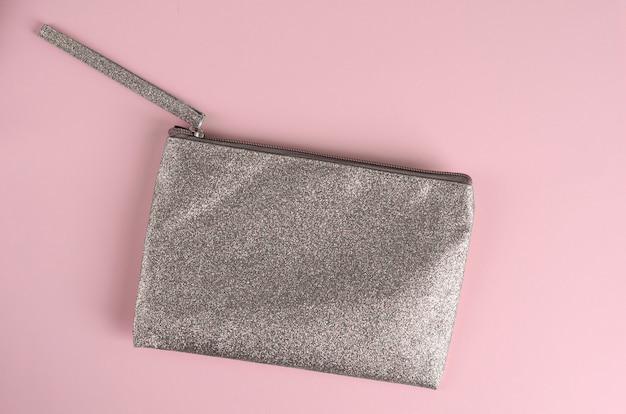 Borsa cosmetica argento su rosa pastello