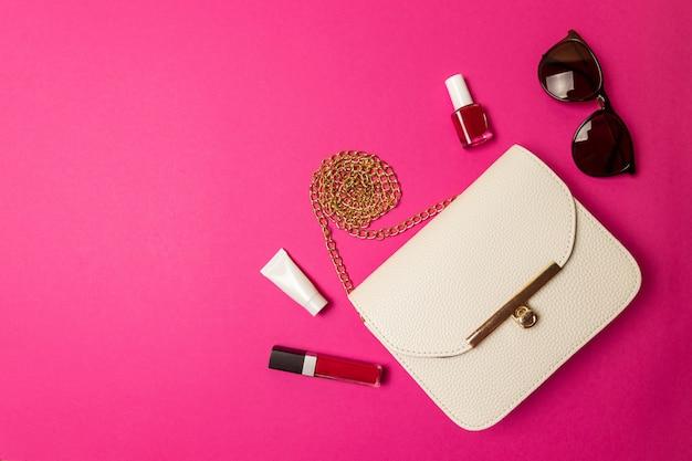 Borsa cosmetica con accessorio di bellezza e prodotto per il trucco. distesi