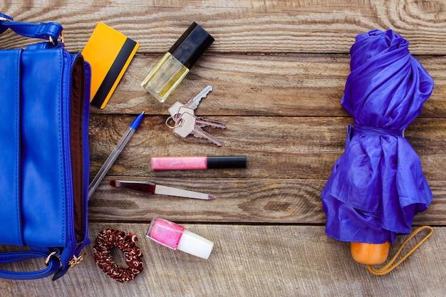 Borsa da donna blu, ombrello e accessori da donna