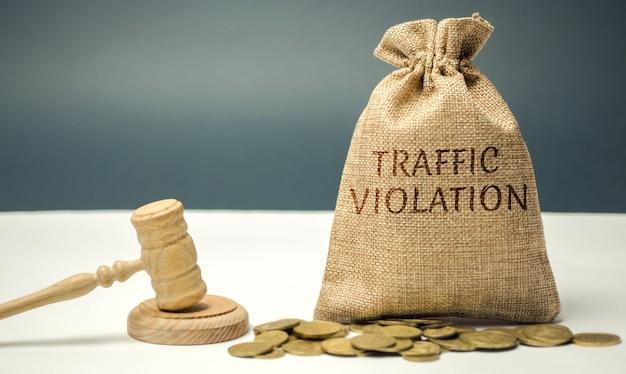 Borsa di denaro con la parola violazione del traffico