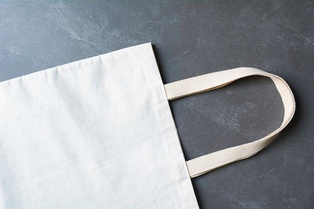 Borsa di tela bianca in tessuto canvas. modello del sacco di acquisto del panno con lo spazio della copia.