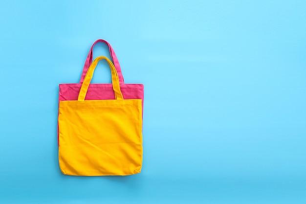 Borsa di tela o borsa di stoffa realizzata con materiali naturali con sfondo blu. idee per ridurre i sacchetti di plastica.