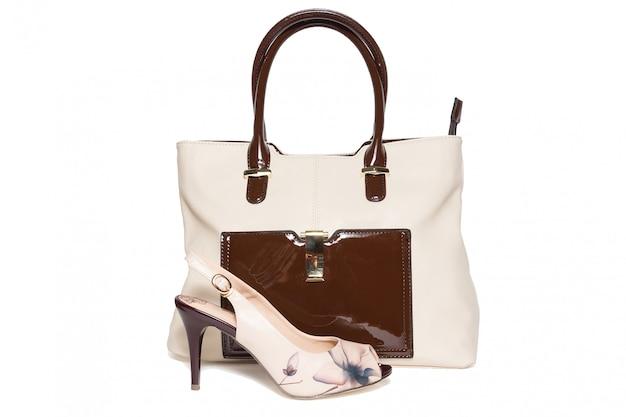 Borsa e scarpe di colore beige