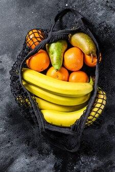 Borsa ecologica riutilizzabile di frutta. zero sprechi. concetto di stile di vita sostenibile. senza plastica. vista dall'alto.