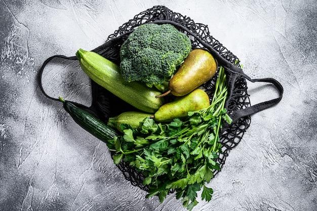Borsa ecologica riutilizzabile di verdure verdi. zero sprechi. concetto di stile di vita sostenibile. senza plastica. vista dall'alto. copia spazio