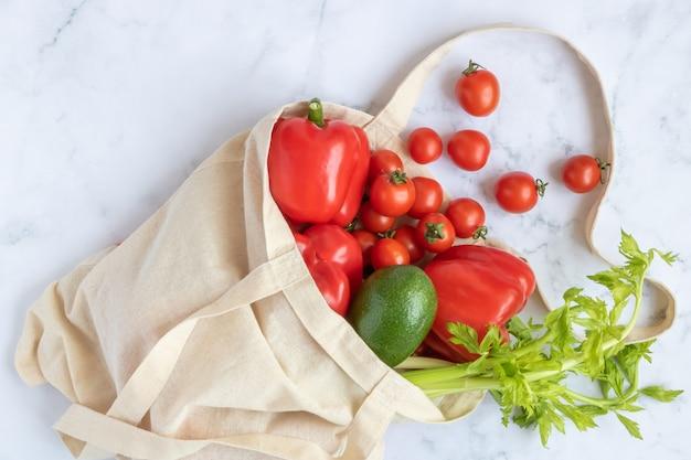 Borsa in lino riutilizzabile con verdure. concept: un mondo senza plastica.