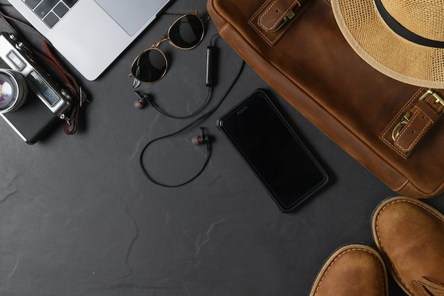 Borsa in pelle con smartphone su priorità bassa di pietra nera.