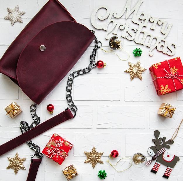 Borsa in pelle e decorazioni natalizie