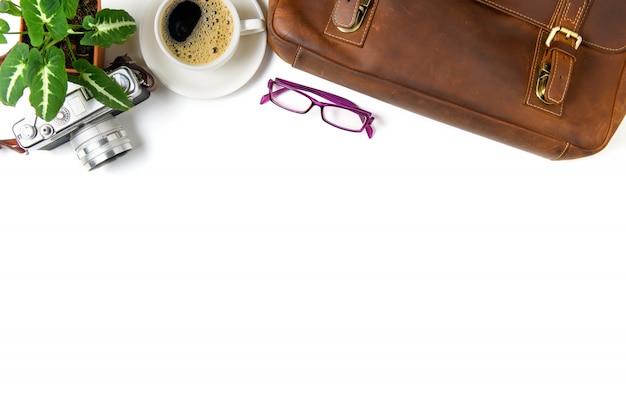 Borsa in pelle vintage e fotocamera vintage con caffè nero isolato su priorità bassa bianca