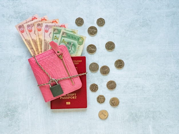 Borsa, passaporto, dirham arabi, catena e lucchetto. pandemia e crisi economica del concetto