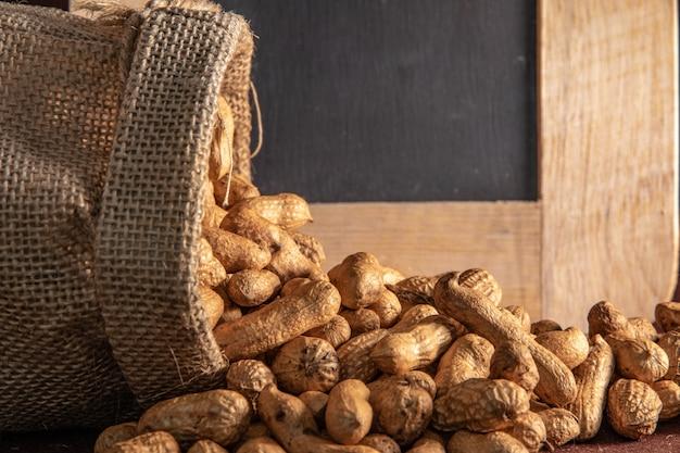 Borsa sacco con arachidi su marrone