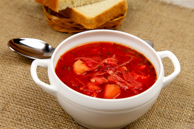 Borsch ucraino tradizionale con carne, aglio e prezzemolo